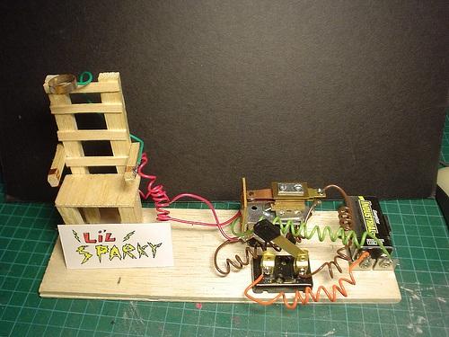 Maqueta De Una Silla Electrica Alimentada Con Una Bateria De 9 V