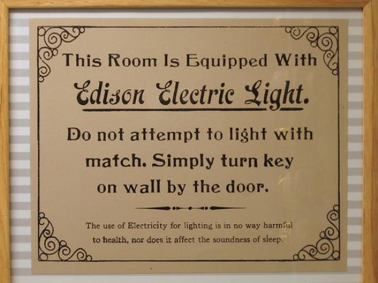This room is equipped with Edison Electric Light - Esta habitaci�n esta equipada con Luz el�ctrica Edison.
