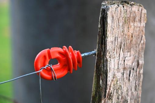 La distancia recomendada entre los postes esquineros y/ o quiebres es de entre 250 y 300 m.