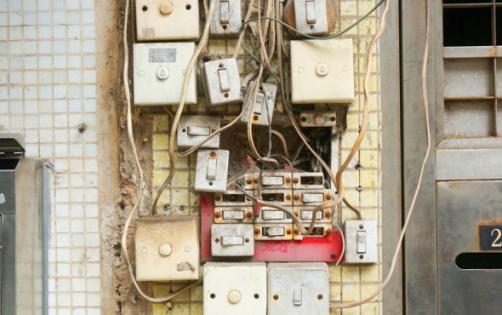 Asimismo, debe verificarse periódicamente que las características originales de seguridad de las instalaciones y de los materiales, aparatos y artefactos eléctricos permanezcan inalterables.