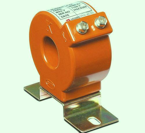 El transformador de corriente (TC) usa el principio de un transformador para convertir la alta corriente primaria a una corriente secundaria más pequeña.