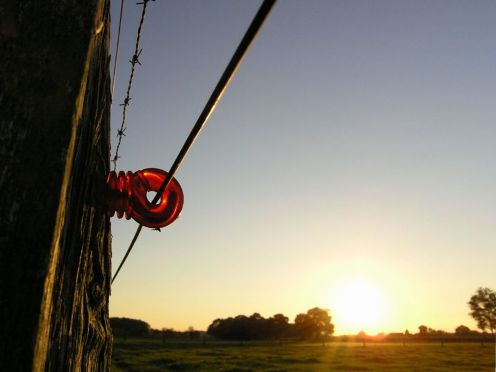 Es importante tener en cuenta que el oxido no permite hacer buen contacto. Es el causante de una de las perdidas de energía, disminuyendo la intensidad de la patada del alambrado.