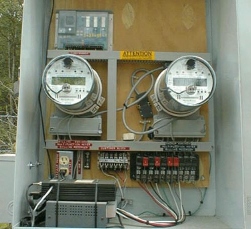 Los medidores que se utilizan para medir cargas conectadas en este sistema, cuentas con dos bobinas de corriente y una de potencial.