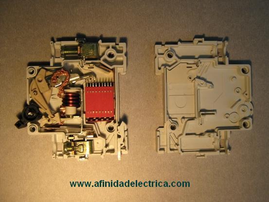 Para la apertura del interruptor se quitan los cuatro remaches de bronce ubicados en los laterales y se retira la tapa derecha.