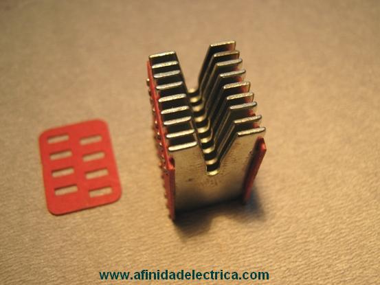 Los contactos disponen de una cámara apaga-chispas, que extingue arcos eléctricos durante el momento de apertura de estos por lo que reducen su deterioro.