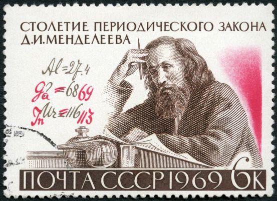 Suele atribuirse la tabla a Dimitri Mendeleiev, quien ordenó los elementos basándose en la variación computacional de las propiedades químicas.