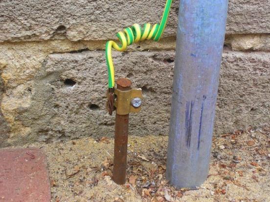 Si su instalación no cuenta con puesta tierra, hágala instalar a la brevedad.