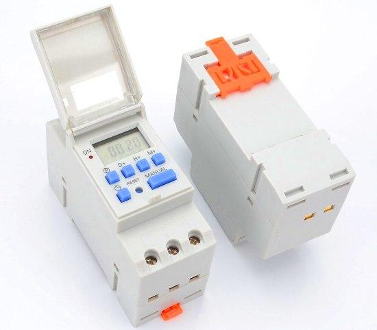 En algunos casos, es conveniente el empleo de relojes, a los cuales los puede programar para mantener encendida las luces en el horario de mayor afluencia de gente.