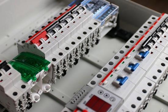 Evite la centralización de interruptores de iluminación y utilice controles automáticos de apagado en áreas externas e internas que lo requieran.
