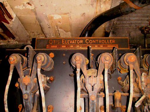 Sistema que corresponde al desarrollo histórico del diseño puesto en práctica en 1903 por Elisha G. Otis, con las lógicas mejoras derivadas de la aplicación de la tecnología contemporánea.
