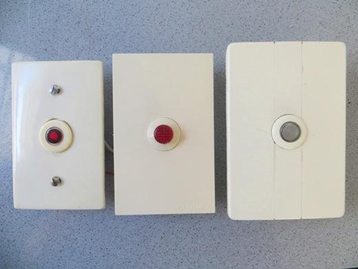 Los pulsadores que se utilizan para esta función son del tipo normal abierto y generalmente cuentan con un indicador luminoso a fin de facilitar su visualización en la oscuridad.