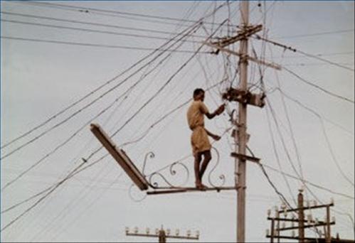 En algunos casos los usuarios alteran los contadores para reducir sus facturas, en otras se realizan conexiones directas ilícitas al tendido eléctrico, a veces como ha sucedido recientemente en República Dominicana algunas comunidades se quedan a oscuras debido al robo del propio cableado.