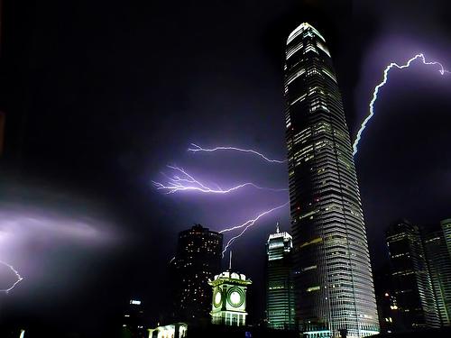 Hay una confusión incluso mayor. Muchos creen que los pararrayos pueden atraer los rayos a sus edificios y, por miedo, se rehúsan a instalarlos. En realidad, el pararrayos es un camino seguro para conducir la energía generada por el rayo a la tierra.