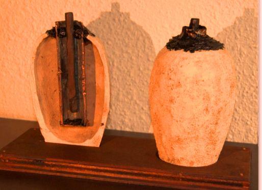 De regreso al Museo de Berlín (Alemania), König relacionó el descubrimiento con otros cilindros, varillas y tapones de asfalto similares provenientes de Mesopotamia; todos ellos con varillas delgadas de hierro y bronce.