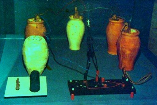 Hace unos años se propuso que podrían haber utilizado uvas aplastadas como electrolito o quizá vinagre. Se probó una réplica de la pila de Bagdad con resultado positivo, obteniendo 0,87 Volts.