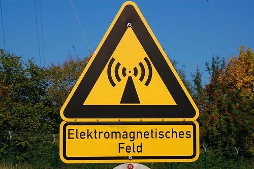 La contaminación electromagnética es producida por las radiaciones del espectro electromagnético generadas por equipos electrónicos u otros elementos producto de la actividad humana.