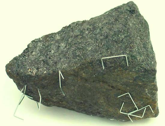 Hoy la piedra imán se conoce como magnetita o mena de hierro magnetizada, porque los griegos de Magnesia hablaban de ella en sus viajes.