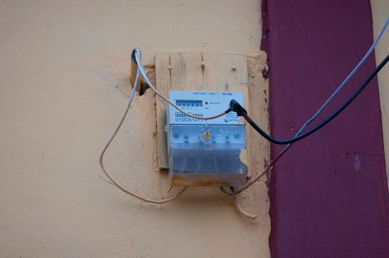 Sin embargo, la actividad ilícita no es nada nueva. Surgió a partir de 2008 en varios municipios de San Marcos mediante conexiones ilegales al sistema de distribución, con el argumento de los altos precios de la electricidad y la bandera de la nacionalización.