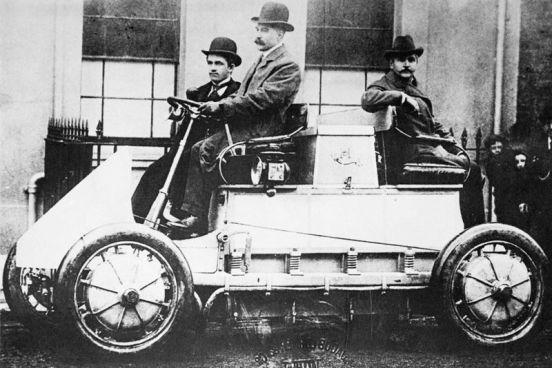 El Lohner-Porsche Electromobile estaba impulsado por cuatro motores eléctricos que eran alimentados por 1,8 toneladas de baterías y un pequeño motor de combustión.