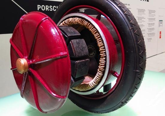 La energía se transmitía a dos motores eléctricos, embebidos en las propias ruedas del coche.