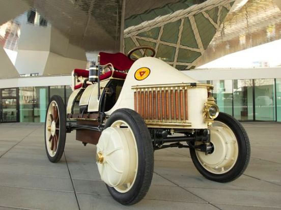 Como por aquella época no se habían diseñado los complejos sistemas que permiten a los híbridos ser propulsados al mismo tiempo por la gasolina y la electricidad, el motor de gasolina sólo estaba conectado a las baterías.