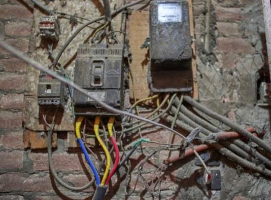 Stucki está acusado de robar alrededor de US$ 82000 en energía, pero los funcionarios de Logan Light and Power comentaron que Stucki admitió haber manipulado la línea eléctrica ya en la década de 1940, por lo que el total hurtado es probablemente mucho más alto.