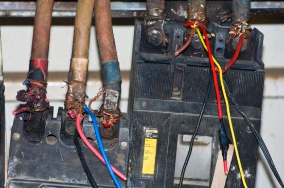 De ese modo, los técnicos corroboraron que la casa de tres pisos del hombre, junto con su taller de carpintería se encontraban alimentados de energía eléctrica por la conexión ilegal.