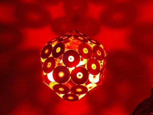 A fin de aprovechar las características de sus superficies reflectantes y las propiedades mecánicas del policarbonato decidimos diseñar una lámpara.