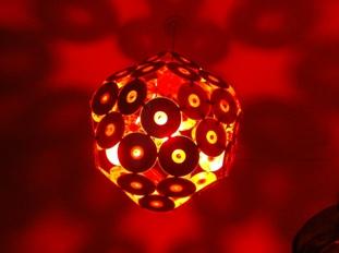 Una lámpara de CDs reciclados.