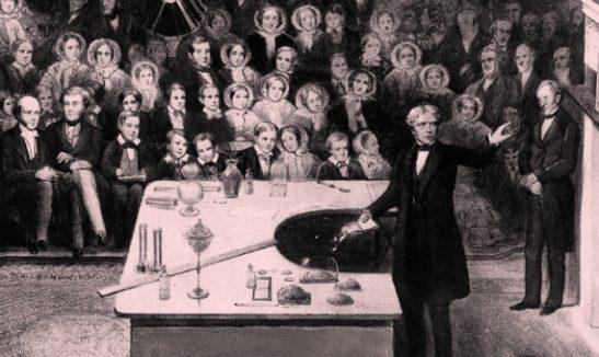 En 1831 Michael Faraday descubrió cómo transformar energía mecánica en energía eléctrica mediante variaciones relativas entre conductores eléctricos y campos magnéticos.