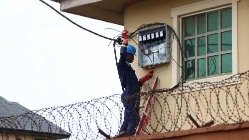 El sistema de Autoadministración de la demanda Eléctrica, se inició en el año 2002, con una experiencia piloto en el partido de Escobar.