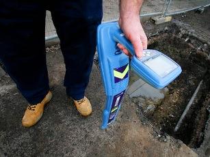 Uso del equipo detector de derivaciones para la identificación de tomas ilegales en acometidas subterráneas.