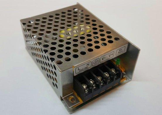 Ejemplo de una fuente de alimentación tipo switching metálica.