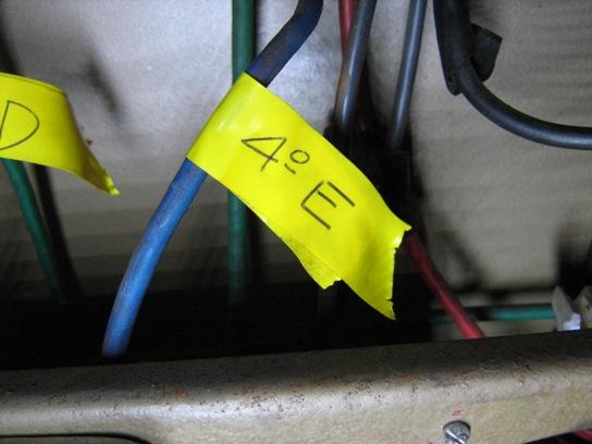 Identificar los cables antes de desarmar.