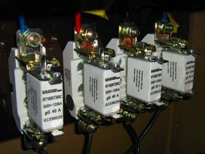 ¿Cómo se repara la caja de toma obsoleta de un gabinete de medidores?
