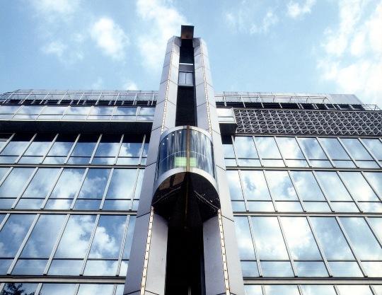 Actualmente un complejo sistema de comandos y contactos gobiernan los ascensores que usamos a diario.