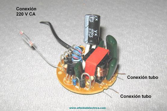 Ese balasto suministra la tensión o voltaje necesario para encender el tubo de la lámpara y regular, posteriormente, la intensidad de corriente que circula por dentro del propio tubo después de encendido.
