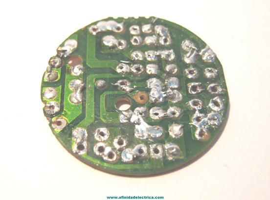 Y en su parte posterior el conexionado entre los mismos mediante sendas pistas de cobre.