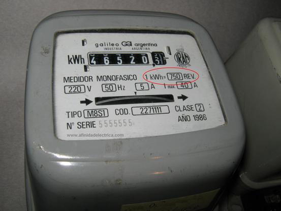 Para medidores electromecánicos la constante se define como el valor que expresa la relación entre la energía registrada por el medidor y el correspondiente número de revoluciones del rotor, por ejemplo, en revoluciones por kilowatt hora (rev/kWh) o watt hora por revolución (Wh/rev).