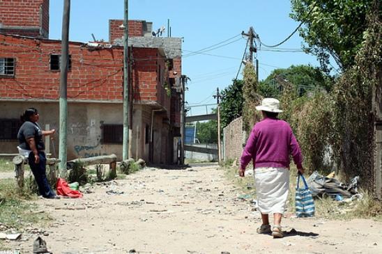 Para fines de los años sesenta existía a nivel metropolitano en torno a medio millón de personas viviendo en villas miseria.