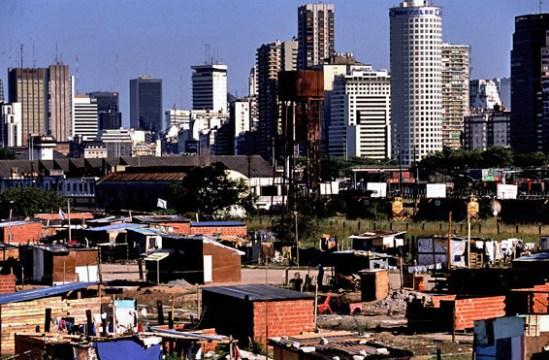 Para 1991 las cinco zonas están prácticamente en un mismo tramo. Es notable el crecimiento de las viviendas conectadas a la red pública de electricidad, en especial, en la 3ª Corona.