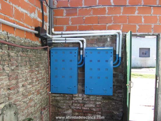 Para instalar el gabinete sobre mampostería, previamente se deberán amurar dos soportes. Estos sustentaran al gabinete mediante sendos bulones.