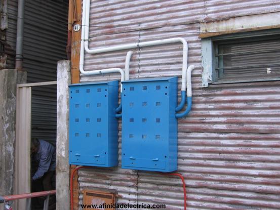 En el gabinete de la izquierda, se utiliza una caja distribuidora para alojar a las llaves térmicas de los clientes.