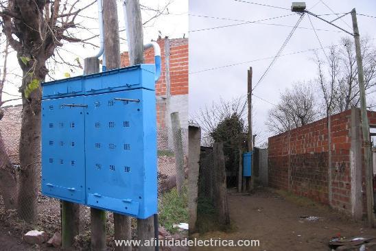 El gabinete Quirquincho puede ser instalado sobre dos postes de madera,  monopostes o postecillos de hormigón mediante accesorios de fijación.