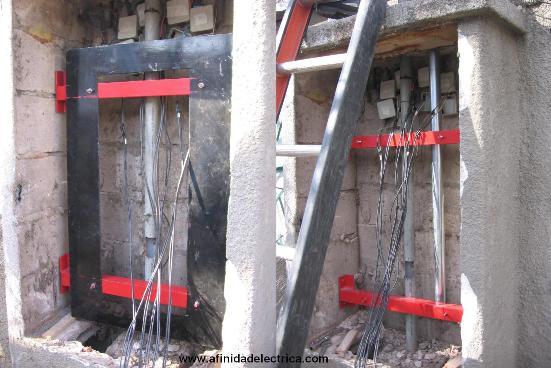 Se procedió al retiro de toda la instalación eléctrica existente en el nicho y se amuraron dos soportes a la estructura para la fijación de la base del gabinete.