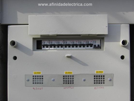 En su parte superior se ubica la ventana que contiene los interruptores termomagneticos de los clientes (primer seccionamiento), la misma esta provista de un juego de orejas para su cierre con candado (en poder de los clientes).