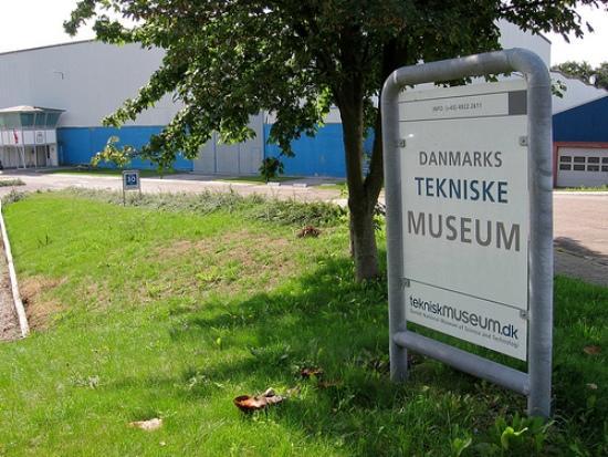 La foto es de Marcin Wichary y el cartel está en el Museo de Tecnología de Dinamarca, en Helsingør.
