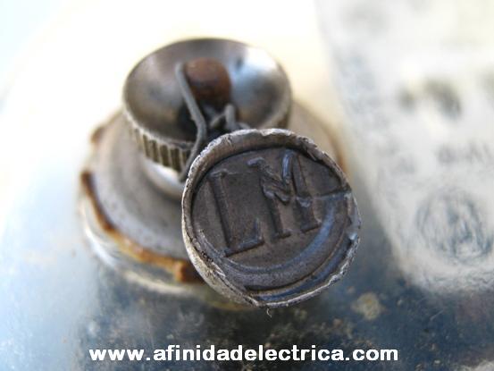 El precintado en plomo se realiza mediante la compresión de una capsula de plomo o estaño sobre una espiga de alambre o hilo que se enlaza sobre las partes a bloquear.