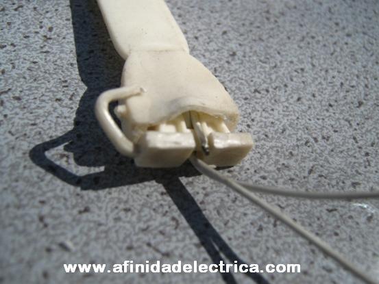 Señales de apertura forzada mediante palancas o herramientas insertadas en el cuerpo de anclaje.