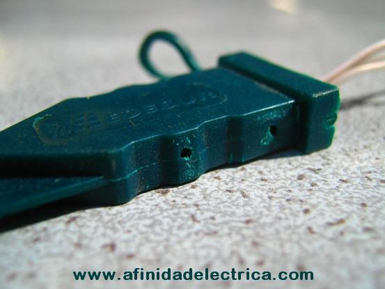 Perforaciones en el cuerpo: Se encuentran agujeros en los laterales utilizados  para abrir mediante agujas o alambres las trabas de anclaje de los precintos.